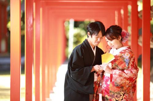 浜松市中区三組町の秋葉神社での和装撮影。神社でのロケーションフォトは朱赤の欄干が華やかさを演出してくれます。浜松の神社婚でも人気のスポットです。