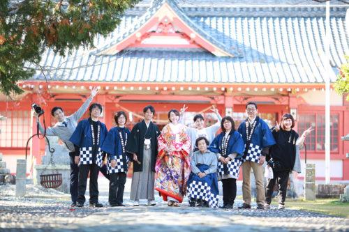 浜松市中区三組町の秋葉神社。和装前撮り撮影のシーン。神社でのロケーションフォトは朱赤の拝殿が華やかさをプラスしてくれます。浜松の神社婚、フォト婚でも人気のスポットです。