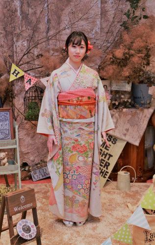成人式振袖のお支度をマルキチでお手伝い。着付け、ヘアメイク、写真撮影など浜松市の成人式のことは何でも聞いてください。