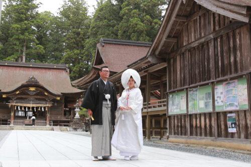 小國神社の結婚式。記念撮影の様子。